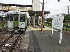 小川町駅。 すれ違いのためしばらく停車。
