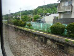 竹沢駅。駅舎は反対側。 この駅もすれ違い設備が撤去されて、ホーム跡だけが残っている。