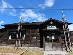 次に立ち寄ったのが隣の町、沼田町の恵比島駅です。北海道でも小さな町で、しかも町の市街地ではない場所に駅舎は普通ありません。実はここは平成11年に放映されたNHKの朝ドラ『すずらん』の撮影地でした。それでレトロな駅舎もドラマに合わせて作り直されてこんな形で今も残されているのです。