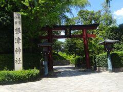 根津神社(表参道口)(景行天皇(110-113年)の時、日本武尊の東征中に創建されたと伝えられています。現地には宝永3年(1706年)鎮座しました。ここは甲府藩主徳川綱重公の屋敷でその子は5代将軍綱吉の継子となり6代将軍家斉となった為、ここに1706年、根津神社を造りました。 例大祭は毎年9月で江戸三大祭りの一つです。