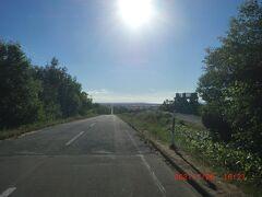「天に続く道」:約30km続く直線道路、天に登って行くように見えます