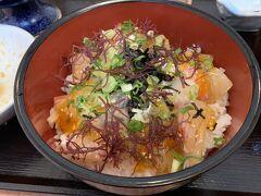 ご飯に載せた後。海藻?も載せて磯の雰囲気があります。美味でした。