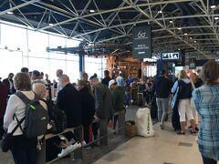 <ヴァンター国際空港>  あと20分で出発時刻ですが搭乗にならず大勢が待っています。