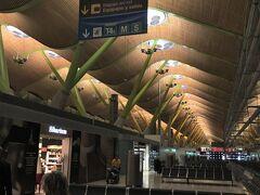 <マドリード バラハス空港>  イベリア航空はターミナル4(T4)に到着。  4年前のマドリードは、 グラナダからマドリードへ電車で到着。 マドリードからパリへエールフランスに搭乗。  ターミナルは忘れましたが恐らくT2で小さい空港の印象でした。 しかし、ここT4は巨大!!