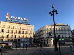 <プエルタデルソル>  荷物を引きながらプエルタデルソルへ。 ここは明るくて広くて好きな広場。 この周辺のホスタルに泊まれていたら良かったけれど、条件が合わなくて残念。  ※プエルタデルソル(Puerta del Sol、太陽の門)は有名な広場で、スペイン国道の起点となる0km地点があります。