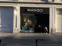 <マンゴ>  この通りにはMANGOがあります。 4年前はここでロゴの付いたTシャツを買いました。