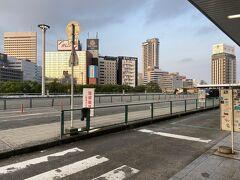 新大阪5時40分位。 新幹線改札があるロータリーは3階。 旦那のタビーに車で送ってもらい、ここで降りました。 見事にタクシーがいません。