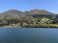 箱根海賊船「ロワイヤルⅡ」からの景色の写真。  標高1,357mの駒ヶ岳山頂がくっきりと見ることができます。 芦ノ湖畔の箱根園駅と駒ヶ岳山頂を結ぶ「箱根駒ヶ岳ロープウェー」も 眺められます。