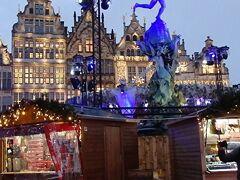 グローテ・マルクトのクリスマスマーケット  青く浮かび上がるのはブラボーの噴水