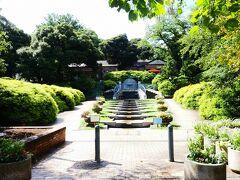 エリスマン邸を目指し、グーグル・マップ頼りで行きました。 ここは元町公園。  階段状の流れる川。