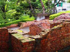 奥には、遺跡を見るための、ブラフ80メモリアルテラス。 右奥には、目的地のエリスマン邸です。