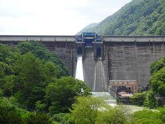いよいよ発電所カードのコンプリートまであと1枚と迫りました。  高遠さくらホテルから近い「美和ダム」を目指します。 国道152号線から放流中のダムが見える。