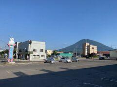 JRで新千歳空港から倶知安へ  駅前から羊蹄山が綺麗に見えました  「帰って来たよー ! 」って  6ケ月しか経ってませんけど(笑)  3ケ月前に空港からレンタカーを予約しようと思いましたが  空きがなくてJRになりました