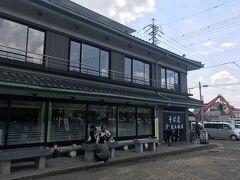 松本城の目の前にあるお蕎麦屋さん、「そば庄 松本城店」。 数人並んでいましたがすぐお店に入れました。2階に案内されます。 2階は座敷しかないので腰が悪いとちょっとツライけど広いです。