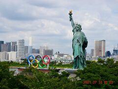 アメリカ人がここにきて母国を感じたとか・・・ 自由の女神、五輪モニュメントとバックにレインボーブリッジ。