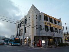 東運輸が運営する路線バスのバスターミナルです。 時刻は朝6時すぎ。早い…。