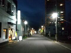 支笏湖を午後4時出発、 途中で休憩して小樽に着いたのは午後7時半。 ホテルにチェックインしたら、