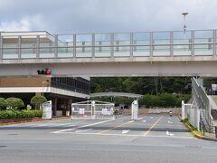 どぶ板通りの終点は、ベースこと、在日アメリカ軍横須賀海軍施設のゲート前。 あの先に行くにはパスポートがいるのかなぁ...