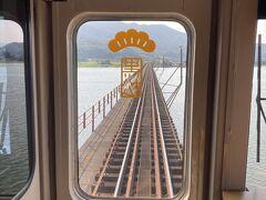 由良川橋梁は前か後ろからご覧下さいということで前に ゆっくり走ってくれるようです  単線で駅で反対方向からの列車との待ち合わせがあるので停車しますが、扉は開かないので途中下車は出来ません