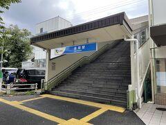 無事座間駅に到着。想像していたよりも小さな駅でした。  改札を出て右に進み、階段を降りて更に右にある小さな道を進みます。