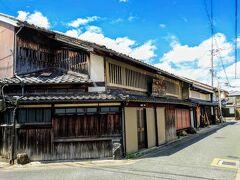 【ならまち】  世界遺産『元興寺』の旧境内を中心とする地域を指し、町並みの特徴は「間口」「格子」「土塀」「箱階段」「身代わり申」だそうです(^^)  私は本格的な奈良観光がほぼ初めてなので、詳細は知りませんが…(^_^;)