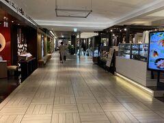 18:55 札幌駅北口ロータリー到着! 急いで「根室花まる JRタワーステラプレイス店」に向かいます!  札幌ステラプレイス センター 6F  ↓ ↓ 6階の1番奥… 物凄い人だかり… まん延防止等重点措置区域で営業時間短縮のためか…。 そして本日の受付終了…。  お寿司行きたかった息子… 悲しそうな顔…  なんとか説得してDAIMARUの地下に行き お弁当を買って南北線へ…  明日行こうね!