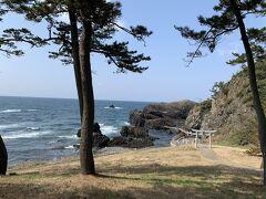 「越前松島」  海と柱状節理の岩場が美しい景勝地です。  シーズンは賑わうようですが、この日は私達だけだったのでした。   鳥居をくぐって岩場の遊歩道を進んで行くと、雄大な奇岩の絶景と 遊歩道が落石の危険のため「通行禁止!」のところがあり、 圧倒的な岩の景色と神秘的な雰囲気にちょっとビビりました。