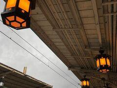雨が降っていて薄暗かったので、阪急電車嵐山駅では、灯りが入りました。  灯りのデザインが和風で、よいですね。