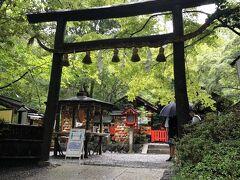 野々宮神社には修学旅行生が来ていましたが、いつもよりは参拝客は少なかったです。  学生さんたちの多くはおみくじを引いていました。  黒木鳥居はクヌギの皮をはがないまま使用するもので、原初の鳥居の形式なんだそうです。