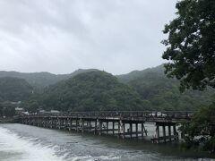 渡月橋に戻ってきました。  雨は相変わらずふっていますが、川の水はそれほど増えてはいませんでした。
