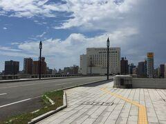 萬代橋から信濃川を眺める。 新潟の発展を支えてきた河も橋も 大きく雄大でした。