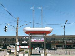 酒田は江戸時代から明治にかけて北前船で栄えた港町だそう。 駅前に船のモニュメント。