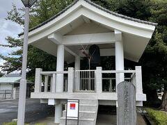 仁王像の左手奥にあるのが星谷寺の特徴でもある梵鐘。  鐘をつくところが正面一箇所しかないのが特殊らしい(一般的には正面と背面の2箇所にあるみたい)。  神奈川県内最古の鐘でもあり、国の重要文化財に指定されています。