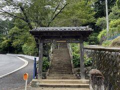 5分ほど歩くと山門に着きます。ここからはひたすら階段を登ります。  とにかく蚊が多いので、虫除け対策は必須。