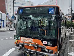 5番バス乗り場から飯山観音前バス停に向かいます。時間によっては自転車を乗せられるラック付きのバスがあるのが特徴。バスは30分に1本間隔なので、乗り過ごしは避けたいですね。  後で気づいたのですが、神奈川中央交通バス(神奈中バス)の全路線乗り放題の1日フリー乗車券がおすすめ。しかも期間限定で土日祝日は同伴者1名無料というから最高です!車内でも購入可能なので、今回のように何度も乗る場合はマスト。買わなくてちょっと後悔しています…。