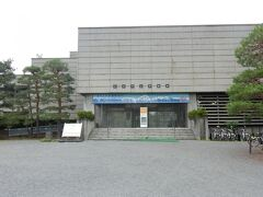 石碑の裏側にある「松本市立博物館」は移転・新築のため休館中でした。