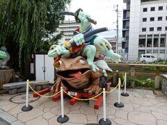 この像は「がま侍(がまざむらい)」というそうです。 愛嬌がある像です。  この像の横にある「なわて通り」が、直ぐそばを流れる女鳥羽川に、かつて「カジカガエル」がいっぱいいたことにちなんで「カエルの街」を標榜していることから、東京芸術大学が平成17(2005)年に寄贈したものだそうです。  今年6月に改修されたばかりだそうで、色鮮やかでした。