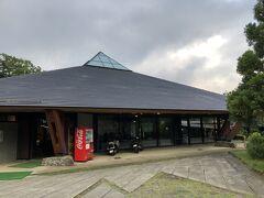 今回利用したのは芦ノ湖湖畔沿い唯一のキャンプ場、芦ノ湖キャンプ村。綺麗なロビー棟。