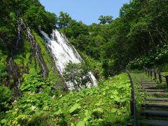まっすぐ下に落ちるタイプではなく、斜面を流れていくタイプの滝。