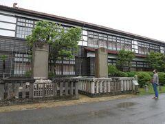 レンタカーを返却する時間を考えて、東光寺は飛ばして明倫学舎へ。日本最大の木造校舎。郷愁を誘われる佇まい。