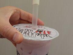 カフェ「ムーミン スタンド」で「ミックスベリーミルク¥420」に、ニョロニョロの種¥50とストロー飾り¥30をトッピングして注文。