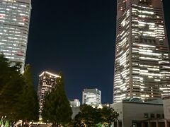 グランモール公園から眺める横浜の夜景です。 グランモールの地面がプラネタルームのように光ってます。 この日の観光は終了です。オリンピック期間中、緊急事態宣言中での横浜を観光しました。参考にしていただけれぱと思います。