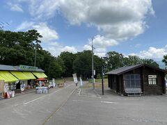 ふきだし公園に移動  大きな駐車場とお店がありました  小屋のトイレは使えません
