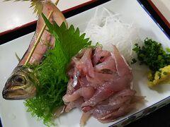小田原漁港の2階にある魚市場食堂で早めのランチ。 食券方式で、入口の券売機で購入後、食券を渡し、番号札を受け取り、空いている席に着席。呼ばれるのを待つセルフサービスです。