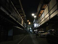 夜も更けると温泉街はいい雰囲気に。滋賀県の草津駅で「草津温泉行のバスは何処から出ますか」と、間違って滋賀にやって来る外国人が結構な数居るということをテレビで取り上げていました。コンサートで京セラドーム大阪を目指し、誤って近江鉄道の京セラ前に向かう人も居るとか。乗り換えの近江八幡駅に注意喚起の看板があるとかです。