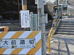 <大前→JR吾妻線→高崎→横川>JR東日本の閑散区間、1日4本の大前まで行く列車に乗車した6名は予想通り鉄道に乗ること自体が目的のようで、全員が終点大前で写真を撮って、駅周辺をウロウロした後、折り返し電車に乗車しました。
