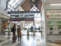 <軽井沢>碓氷峠をバスで越え長野県に入りました。写真は新幹線の駅です。私はJR信越本線と乗り換えたJRバスで軽井沢に着きましたが、新幹線なら約1時間で東京駅から到着できるせいか、駅周辺は都会の香りがします。