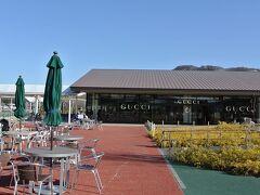 写真は軽井沢駅南に出来たアウトレットモールです。