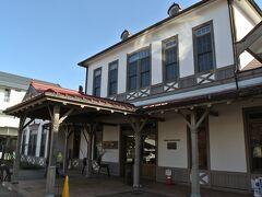 写真は新幹線が開通する前の旧軽井沢駅舎です。現在は並行在来線としてJRから分離されて第三セクター化された「しなの鉄道」の駅としても使われています。