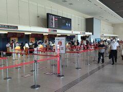 伊丹空港のJALチェックインカウンターを横目にJALグローバルクラブ(JGC)カウンタへ。